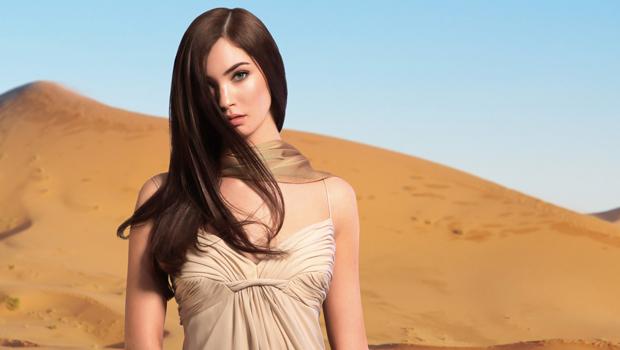 jolie femme dans le desert aux cheveux lisse